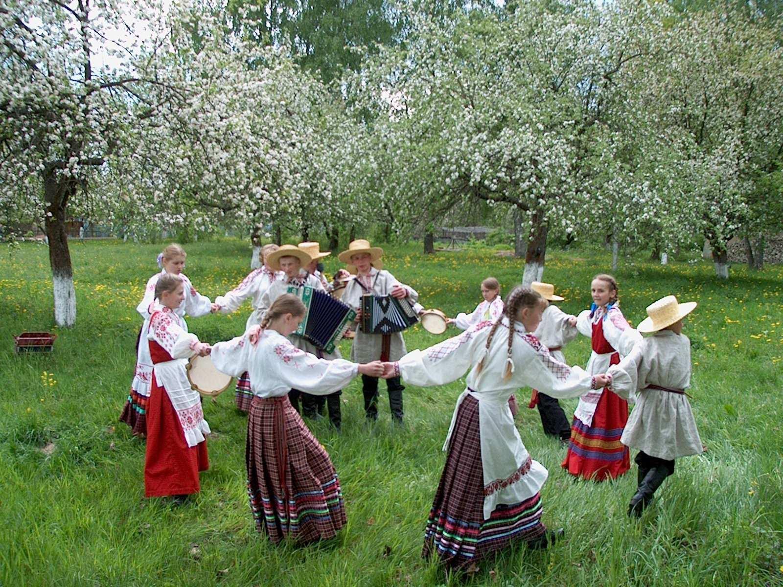 русский хоровод на природе открывался отличный
